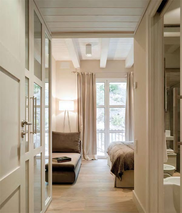 masía de piedra rehabilitada con buen gusto- suite con chaise longue y parte de cama