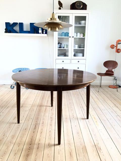 Retro Furniture: Rundt spisebord med tillægsplader