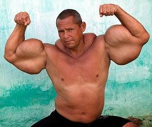 Pria ini suntuikan minyak di lengannya