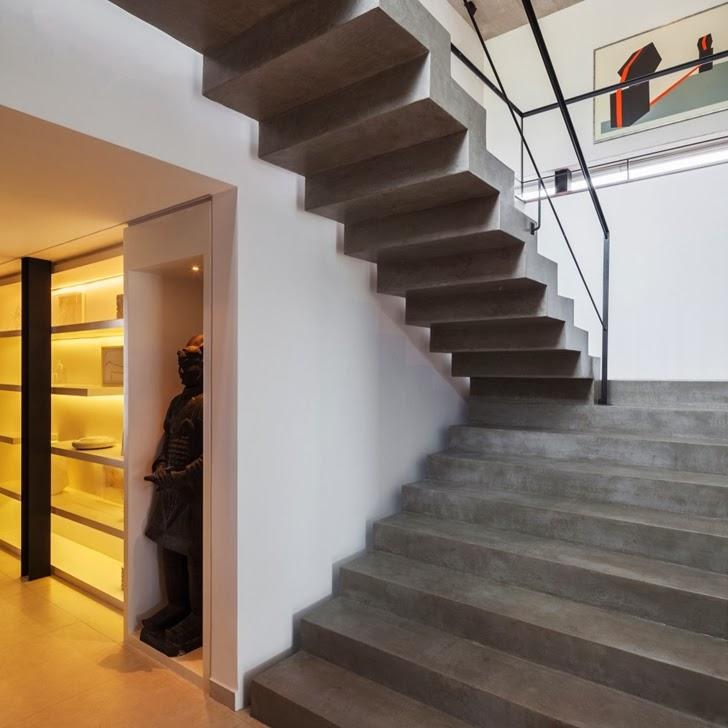 Concrete stairs in Modern Planalto House by Flavio Castro