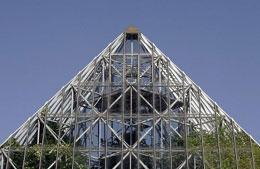 La Universidad para adultos y la visita turística a una pirámide moderna de cristal con plantas de la Amazonia
