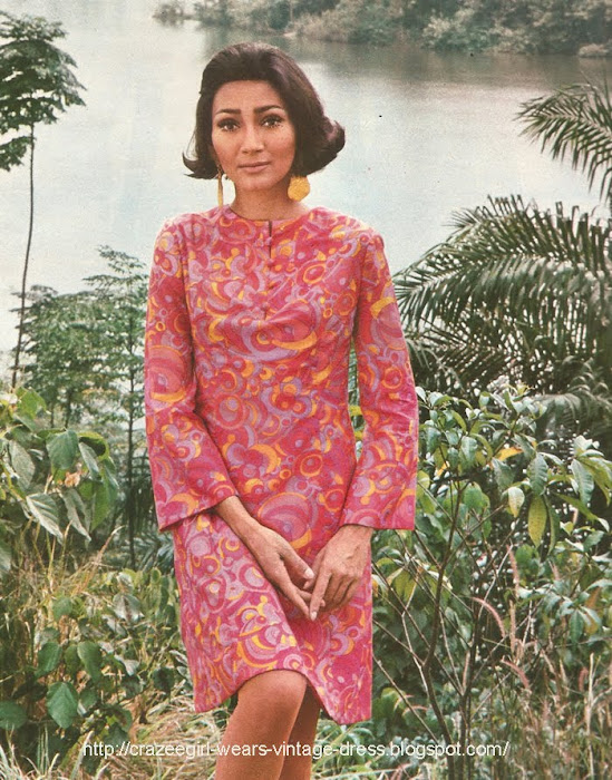 1967 bell sleeves psychedelic paisley floral flower dress pink orange 60s 1960 mod Robe tunique légèrement appuyée à la taille, petite patte boutonnée, manches pagodes . GERMAINE ET JANE chez JONES.
