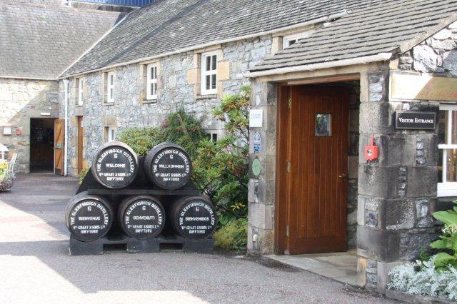 Entrada de la Destileria Glenfiddich en Dufftown, Escocia