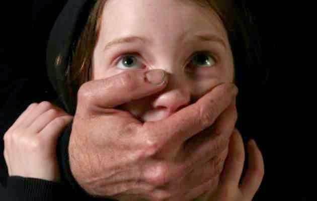 Φυλάξτε τα παιδιά σας! Έπικίνδυνα ανίκανοι έχουν συλλάβει και αφήσει ελεύθερους πάνω από 900 παιδόφιλους
