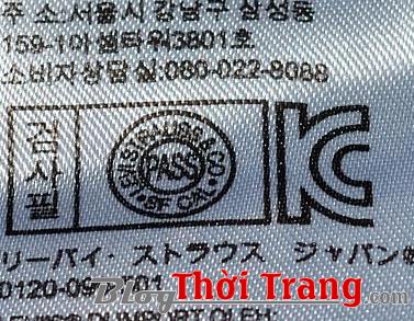 Trong tag vải bạn sẽ thấy thêm một kí hiệu hình tròn, nội dung trong hình tròn chính là dòng chữ sẽ được in trên nút quần.
