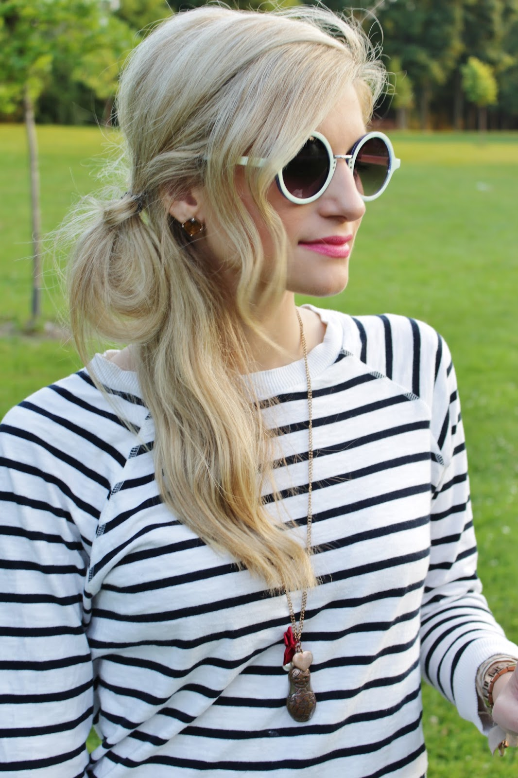 bijuleni-striped top and round sunglasses