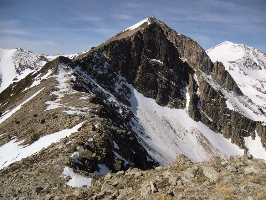 Vistas al Gra de Fajol Gran desde la cresta del Gra de Fajol Petit y el descenso por la vertiente norte.