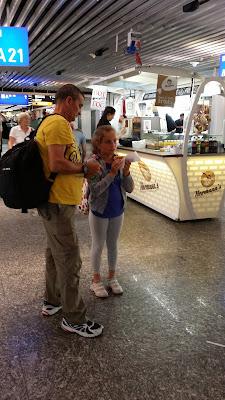 Perrito caliente en el aeropuerto de Frankfurt (Alemania)