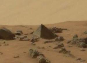 La roccia piramidale fotografata dal rover Curiosity su Marte