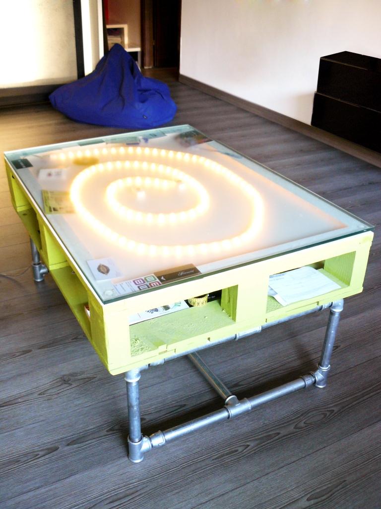 Mesa de palete de madeira tem tampo de vidro