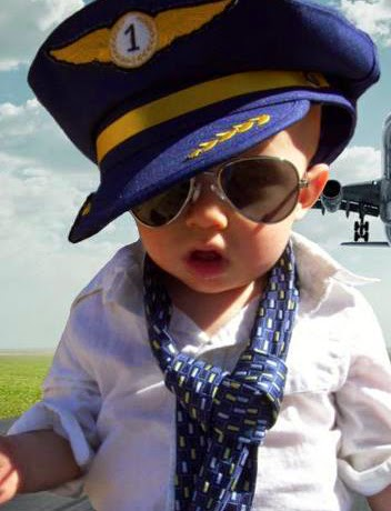 Gambar foto bayi lucu memakai kacamata dan topi pilot