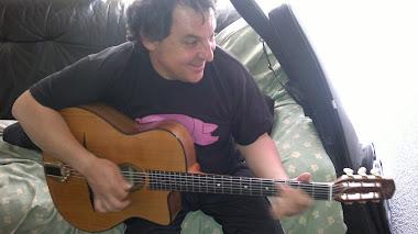 Probando guitarras de Olivier Marín...