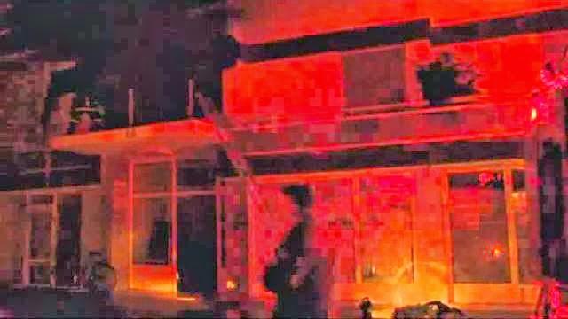 Δείτε βίντεο από την φωτιά που έκαψε ολοσχερώς οικία στην οδό Αράτου 19 στην Κόρινθo. (video)
