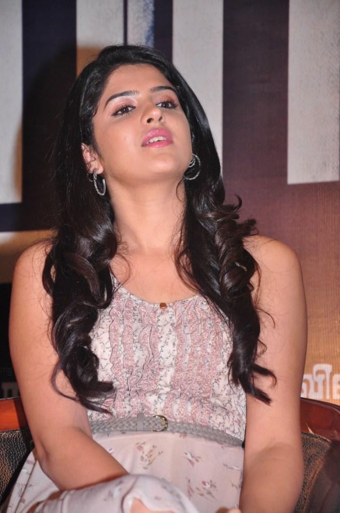 Deeksha Seth In Vettai Mannan Hottest Deeksha Seth P...