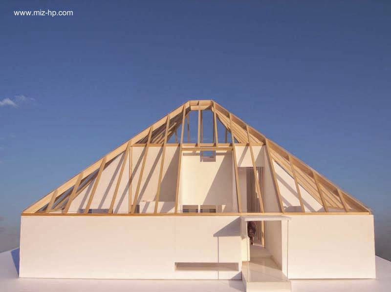 Arquitectura de casas casa moderna japonesa forma de for Interior de una piramide