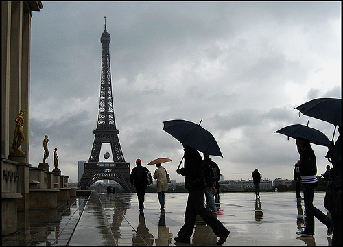 Foto Romantis Hujan memakai Payung