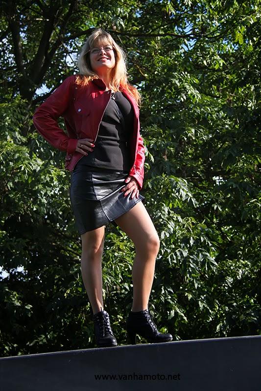 punainen nahkatakki, musta nahkahame, stay up - red leather jacket, black leather skirt, stay ups, no pants
