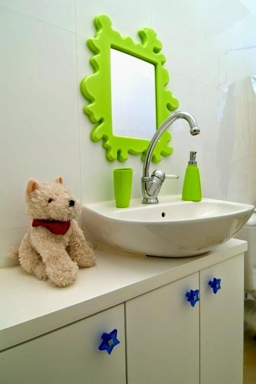 مغسل لطيف ومرآة ذات تصميم جميل