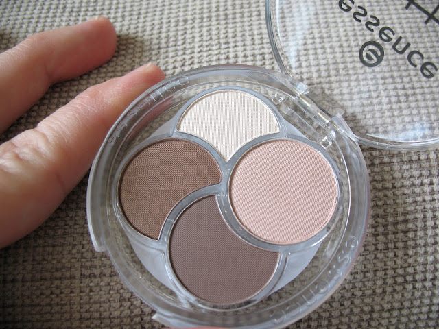 Essence-Eyeshadow-Quad-05-To-die-for-review-photos-and-swatches-06