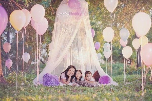 Familia entre globos en el jardin