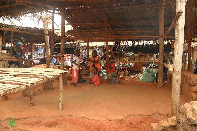 I bambini al mercato di Noepé, Togo, Africa