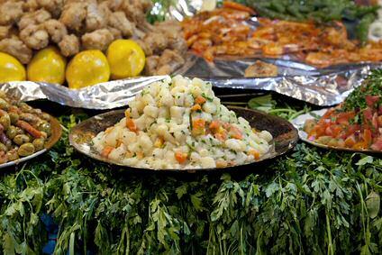 Marokkaanse aardappelsalade te koop op de Jamaa El Fna markt in Marrakesh
