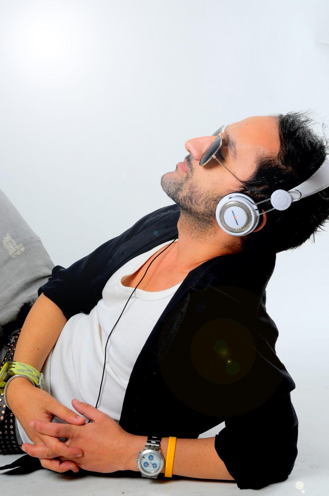 http://3.bp.blogspot.com/-v_CHPNYLZtI/Tt92D63eSDI/AAAAAAAAIhs/EAgysEvt9bs/s1600/Carlos+N%25C3%25B3brega+Promo+Pic+Pitiful+%25283%2529.jpg
