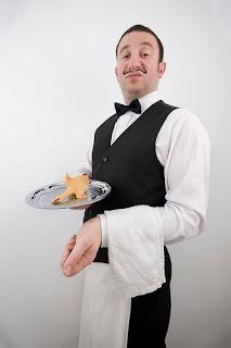 foto camarero francés con cara de desprecio