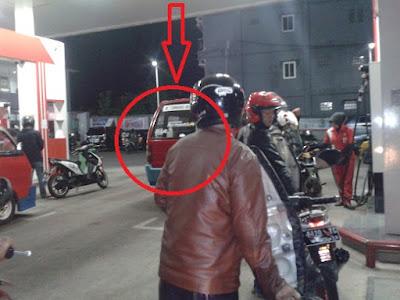 Penerobosan Pemilik Mobil Saat membeli bahan bakar
