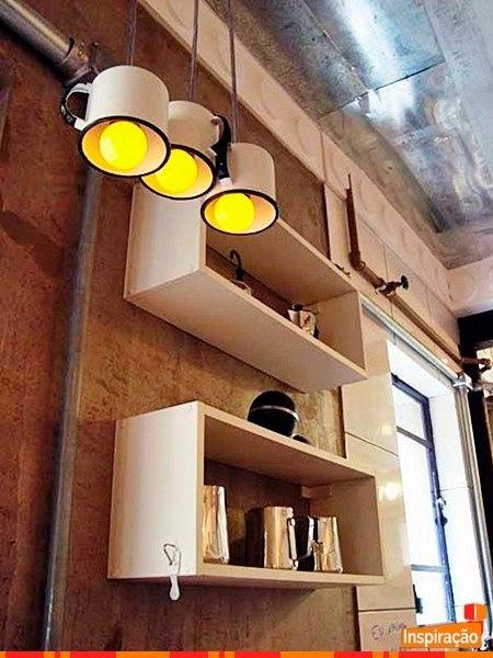 canecas de metal transformadas em luminárias