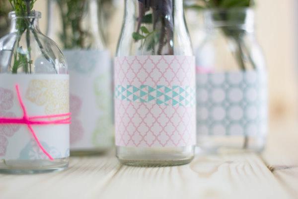 Flaschen und Gläser werden mit Papier zu hübschen DIY Vasen