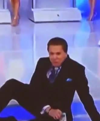 Apresentador Silvio Santos cai no palco durante sorteio da Tele Sena