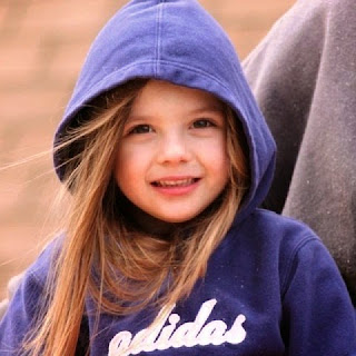 Foto anak perempuan cantik tersenyum