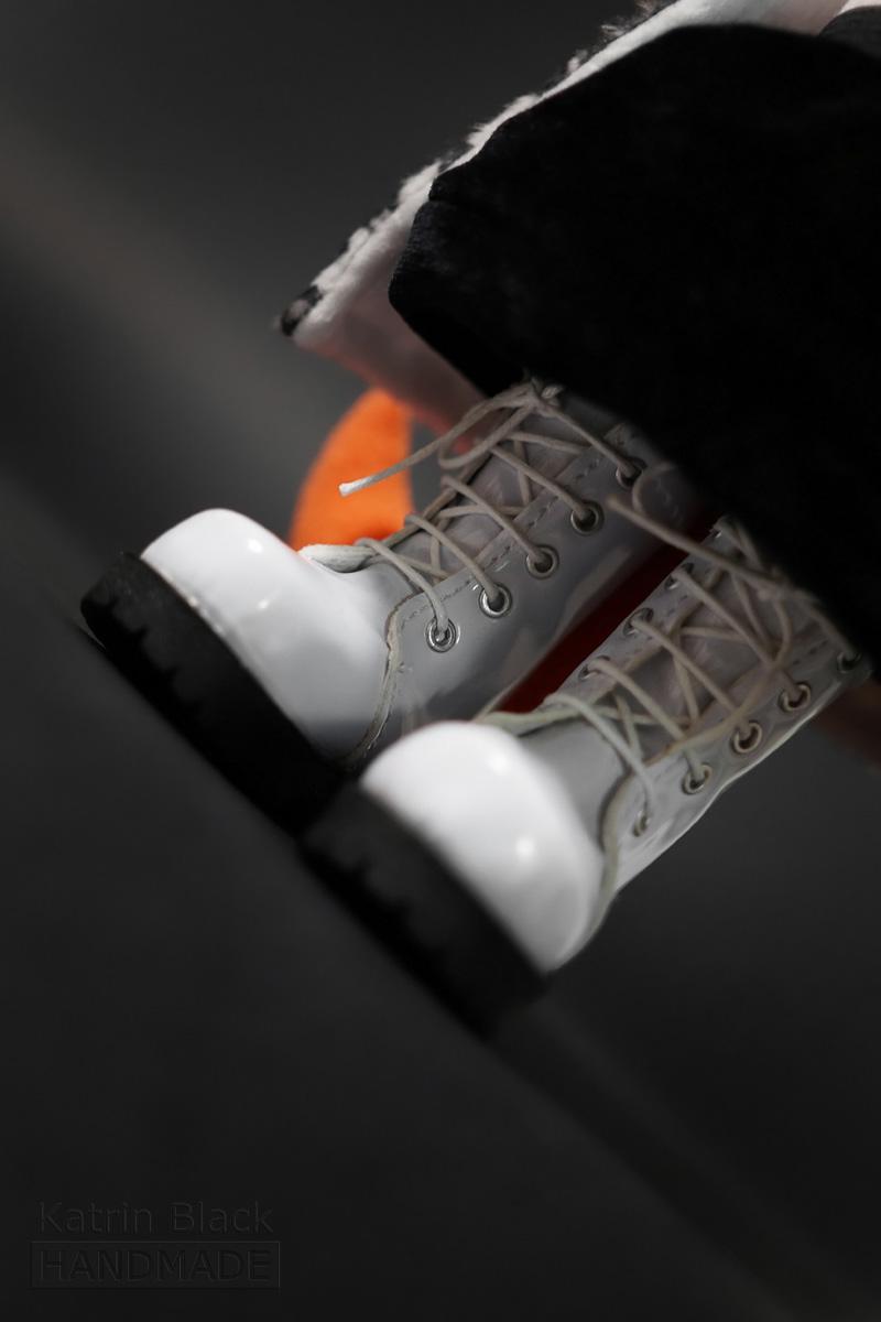 Интерьерная игрушка из флиса - лиса в маленьких ботинках.