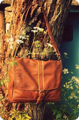 Grand sac besace en cuir, nombreuses poches, décoration en tissu à motif, doublure en tissu à motif