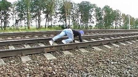 Blog Berbagi Bersama: Wanita Ini Menantang Maut Tidur di Rel Kereta ...
