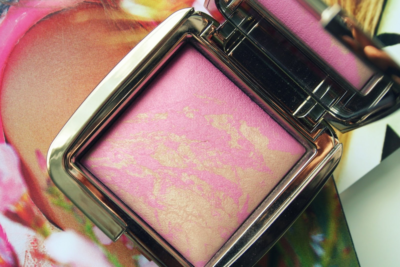 Hourglass_Ambient_Lighting_Blush_Radiant_Magenta