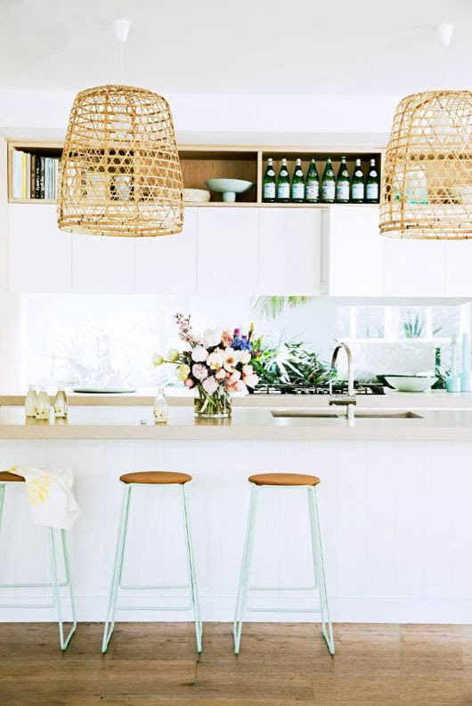 Cocina blanca con taburetes verdes