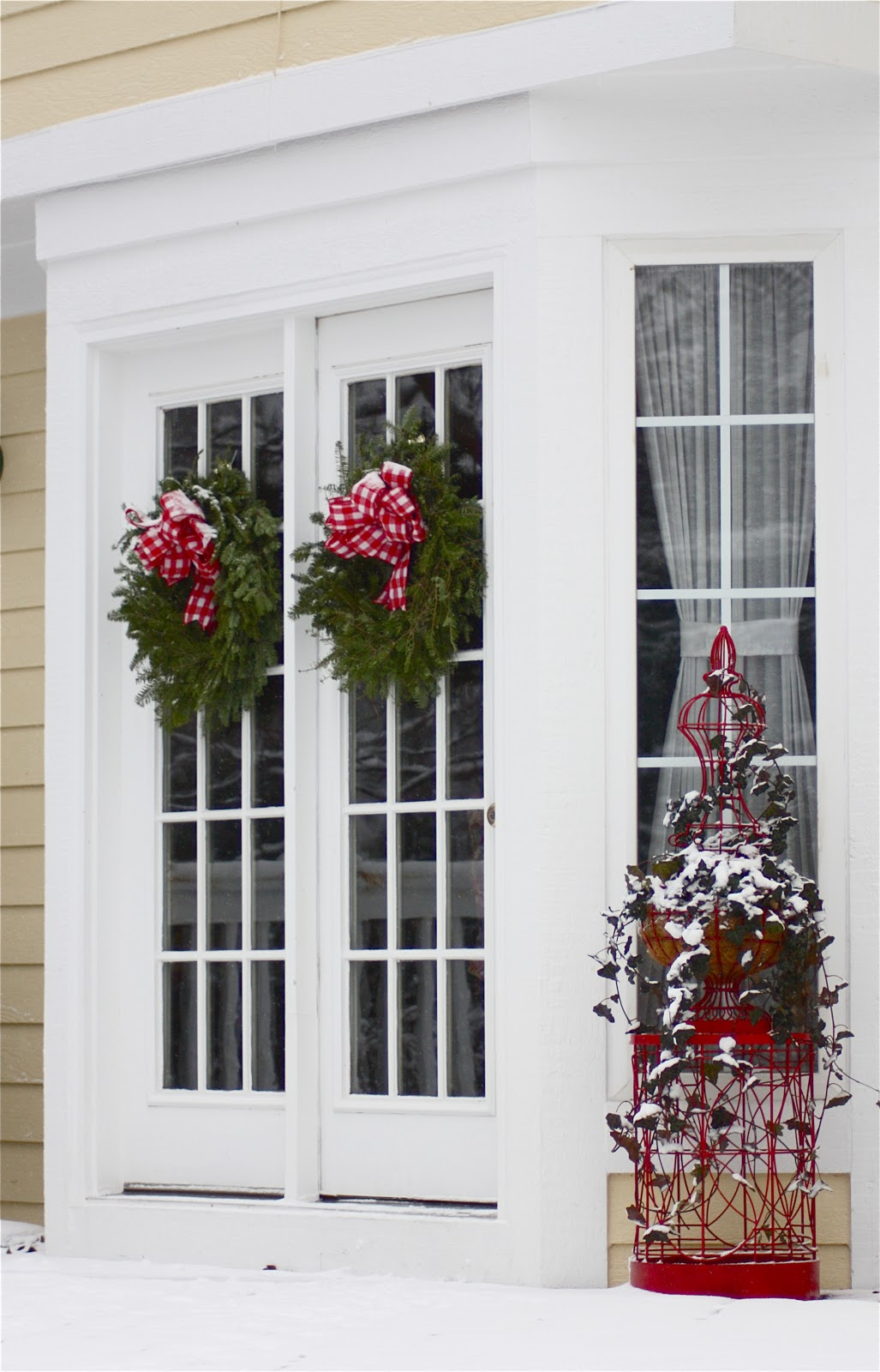 The yellow cape cod michigan christmas outdoor home tour for Cape cod decor