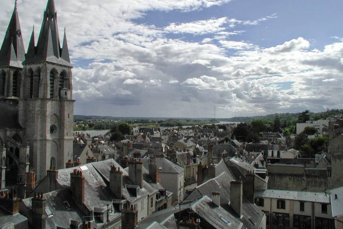 Uitzicht op de rivier de Loire bij de kathedraal van Blois, Frankrijk
