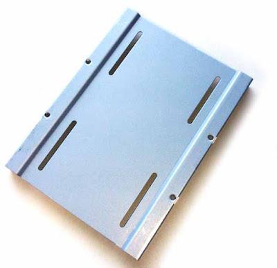 CSSD-S6T256NHG6Q付属の2.5-3.5変換マウンタ― (SSD を設置しない方の面)