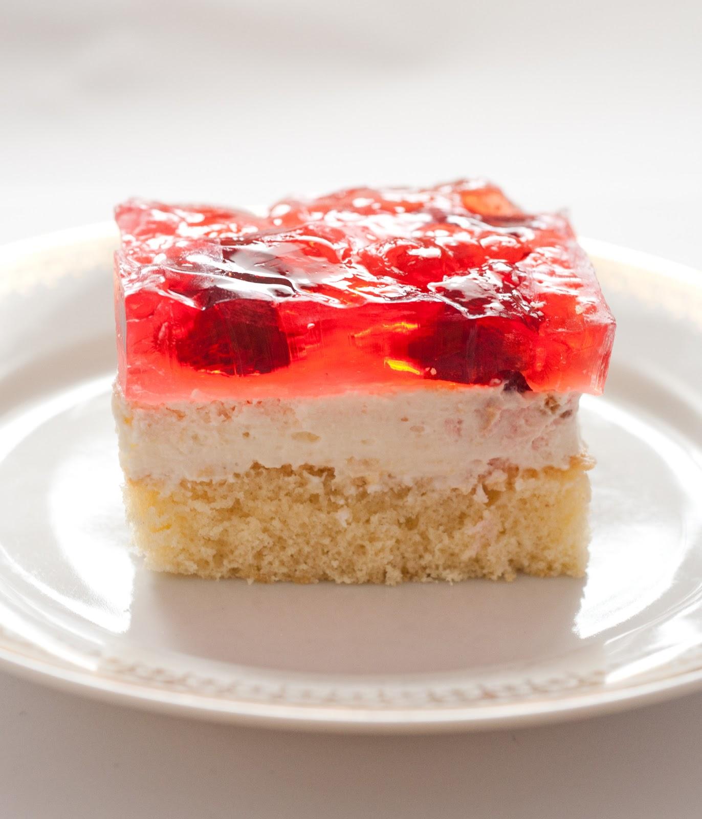 Ciasto biszkoptowe z truskawkami i galaretką