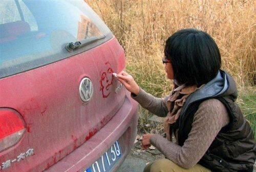 Impresionante obra de arte en un auto sucio