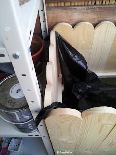 Plastique posé, on visualise qu'il n'y a que très peu d'espace perdu entre l'étagère et le meuble réalisé