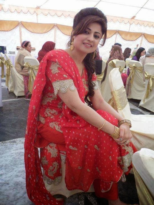 Pakistani High Fashinable Aunty In Wedding Picture Gallery