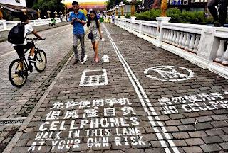 Inilah Trotoar Khusus Bagi Pengguna Ponsel