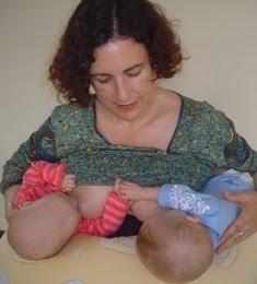 lactancia materna gemelos mellizos balón de rugby amamantar a dos