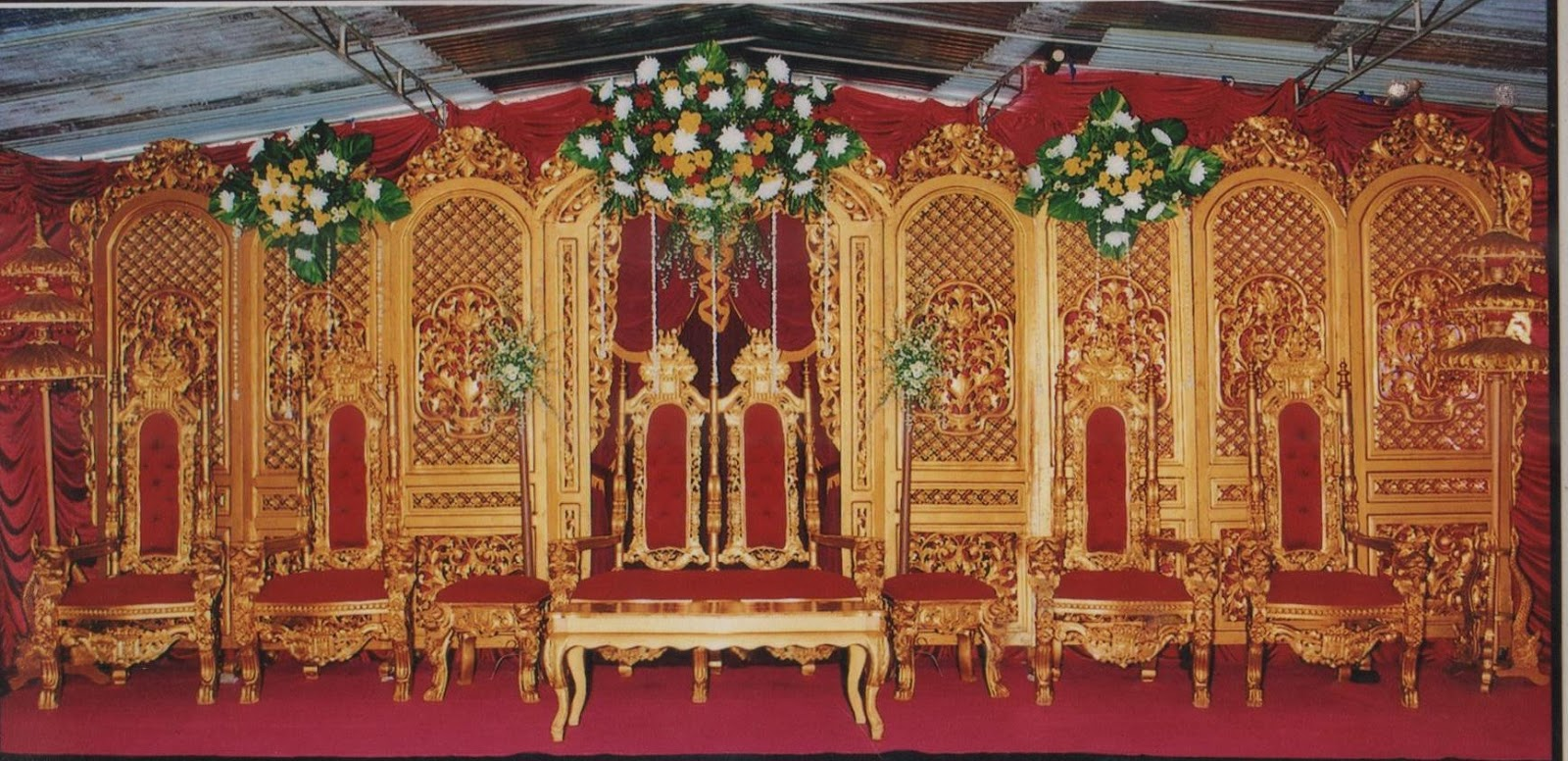 dekorasi klasik emas warna kunig emas kursi busa merah karpet tiga ...