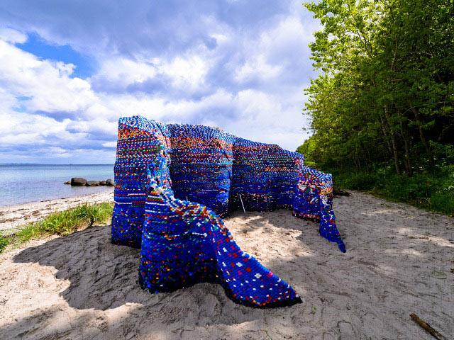 Artista crea una monumental estructura ondulante de miles de tapas de plástico desechados