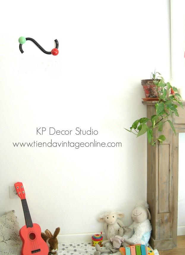Dcoración vintyage infantil. Percheros de pared tipo eames antiguos con bolas de colores